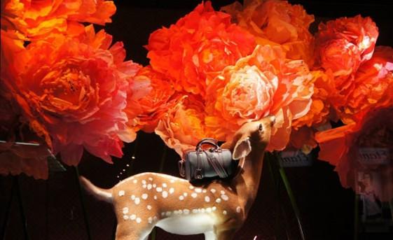 女导演索菲亚·科波拉 (Sofia Coppola) 一向和时尚圈关系密切,作为设计师马克·雅可布 (Marc Jacobs) 好友的她,此前就为路易·威登LV (Louis Vuitton) 设计过S.C.包包系列,最近她又为法国精品百货店Le Bon Marche设计了以新款S.C.包包为主题的橱窗。  纷飞飘扬的气球营造出梦幻唯美的场景  橱窗内跨过心形荧光灯的麋鹿  繁花似锦中小鹿背负着S.