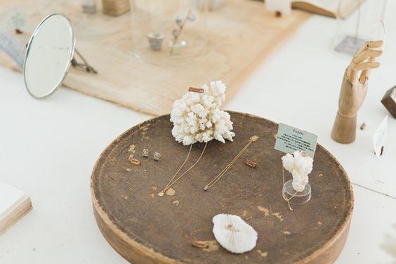 珠宝橱窗与法式艺术结合,2018延续陈列流行元素.