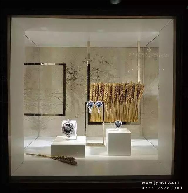 金秋十月,秋意正浓,秋季的橱窗,也是有着简洁而透明的个性。商品的美感能够引起消费者的购买欲望,如何在秋季的营造最大的收益,珠宝陈列是不可或缺的课题。跟随佳缘美首饰包装为您呈现一组好看到爆的秋季橱窗陈列... 香奈儿麦穗主题元素橱窗 这个橱窗是香奈儿为新品发布而特意设计的以麦穗为主题元素的橱窗。众所周知麦穗对于香奈儿女士而言有着特殊的意义,而这一元素也在众多香奈儿的品牌设计中反复出现和传承。    Hermes的橱窗,总是充满了艺术气质 Hermes的橱窗,总是充满了艺术气质,视觉陈列达到不一样的境界。玻璃