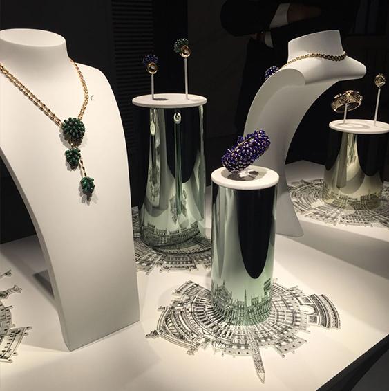 """带来的视觉冲击力 在橱窗设计中,""""品牌内涵""""是珠宝商经常强调的灵感来"""