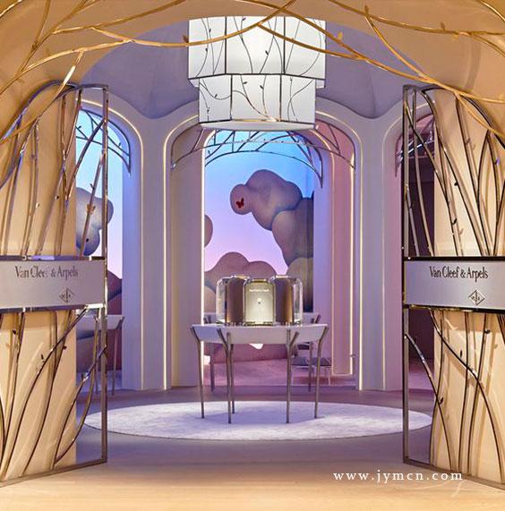 VAN CLEEF & ARPELS珠宝橱窗设计的好像一个童话世界一样,巨大的城堡披上了一抹自然风景,旁边展示着该品牌的珠宝,将陈列的商品衬托的更具艺术气息。橱窗里的商品采用不同的形式陈列着,设计者采用各种背景衬托以及小巧的装饰物来点缀这个季节的橱窗设计,使展示的商品更加精致与视觉的冲击。   橱窗陈列制作非常精细,梦幻一般的感觉,给我们无限的遐想,梵克雅宝的每一次橱窗陈列设计及珠宝道具的陈列都非常好看,让人看了大开眼界。   当艺术与珠宝完美结合,带给我们的不仅仅是感受,更是品牌背后的人文与价值