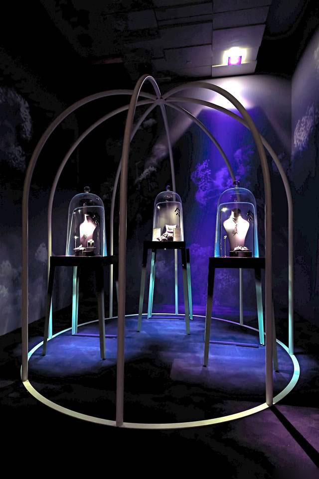 """带来的视觉冲击力 在橱窗设计中,""""品牌内涵""""是珠宝商经常强调的灵感"""