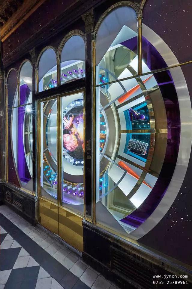 【品牌橱窗设计】把橱窗搬到了太空中,在宇宙中开启一场旅行。著名的红底鞋品牌 Christian Louboutin 在2017年全球范围内推出了太空主题,由StudioXAG团队操刀,为其设计店铺橱窗形象。佳缘美首饰包装为您分享把橱窗搬到了太空中,在宇宙中开启一场旅行。创意的橱窗陈列设计,让你眼前一亮,可将这些精彩元素应用到珠宝橱窗道具中,也是不错的选择。   在 Christian Louboutin 位于巴黎旗舰店的橱窗中,一个经过特殊镀铬工艺的巨大UFO飞船呈现在游人面前。整个圆形飞船被反光材质的金