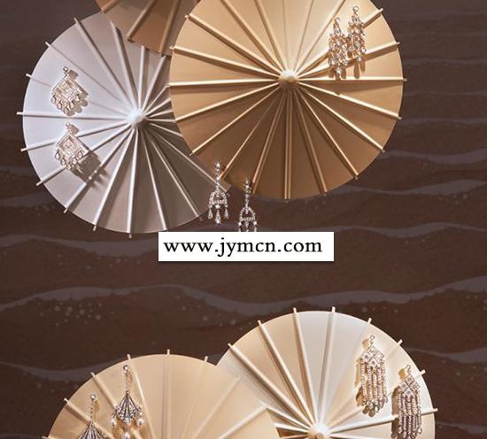 珠宝首饰也是独特设计与橱窗绘成一幅海底世界的景致